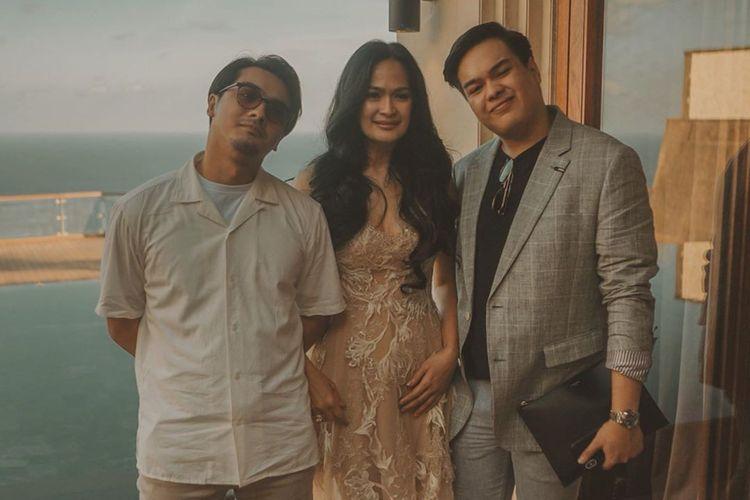 Donna Harun diapit dua putranya, Ricky Harun (kiri) dan Jeje Soekarno (kanan).