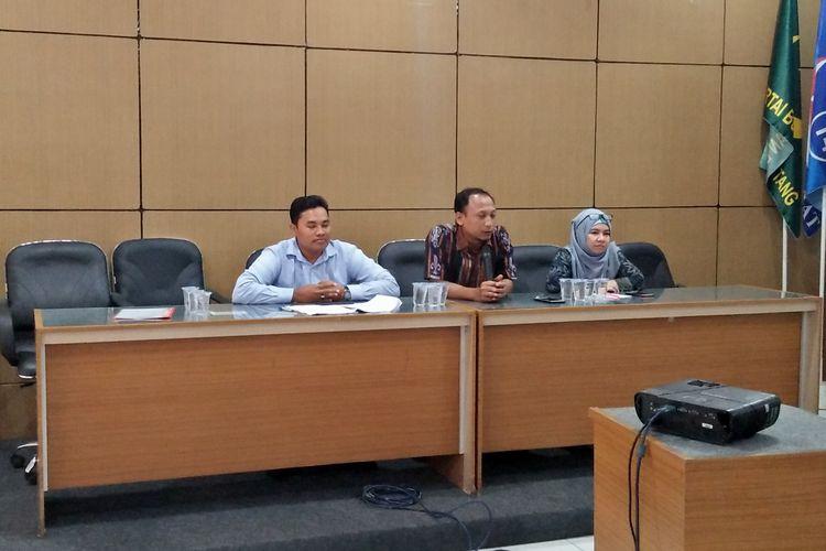 Ketua KPU Gresik, Akhmad Roni (tengah), saat memberikan keterangan kepada awak media di kantor KPU Gresik, Jumat (22/3/2019).