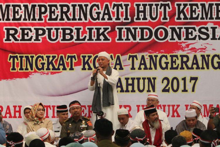Pimpinan Majelis Az-Zikra Ustaz Muhammad Arifin Ilham menyampaikan ceramah saat Istighosah dan Zikir Akbar bertema Merah Putih Berzikir Sambut Kemerdekaan Di Serpong, Tangerang Selatan, Banten, Senin (14/8/2017). Istighosah dan Zikir yang dipimpin oleh KH Arifin Ilham ini guna menyambut HUT ke-72 Kemerdekaan RI. ANTARA FOTO/Muhammad Iqbal/aww/17.