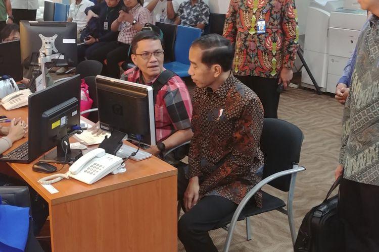 Presiden Joko Widodo, Senin (14/1/2018) pagi, meninjau layanan konsultasi Online Single submission (OSS) di  Pelayanan Terpadu Satu Pintu(PTSP) Badan Koordinasi Penanaman Modal (BKPM).