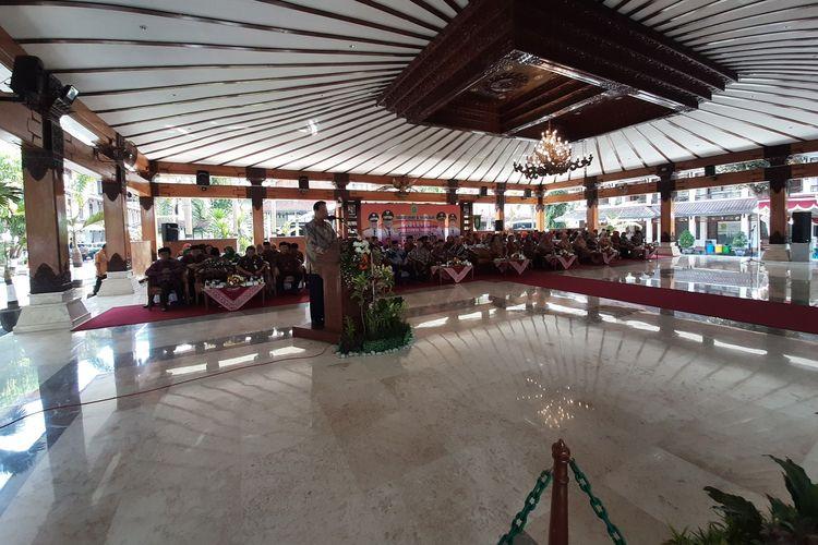 Gubernur DIY Sri Sultan HB X saat Sambutan dalam kegiatan silaturahim dan syawalan Gubernur DIY Tahun 1440 H/2019 M, di Pendopo Parasamya Kabupaten Bantul, Kamis (13/6/2019).