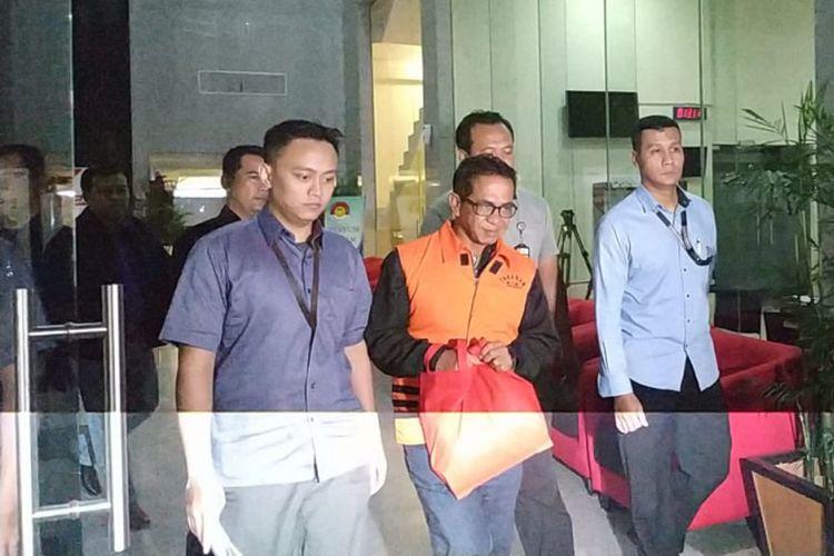 Komisi Pemberantasan Korupsi (KPK) resmi menahan Bupati Mesuji Khamami (mengenakan rompi tahanan) dan empat tersangka lain. Mereka menjadi tersangka dalam kasus dugaan suap.