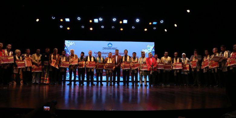 Penyerahan sertifikat Warisan Budaya Takbenda Indonesia oleh Dirjen Kebudayaan Hilmar Farid kepada 30 provinsi ini digelar di Gedung Kesenian Jakarta (10/10/2018).