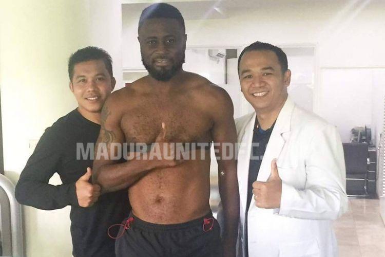 Boubacar Sanogo menjalani tes fisik bersama Madura United, Selasa (2/5/2017).
