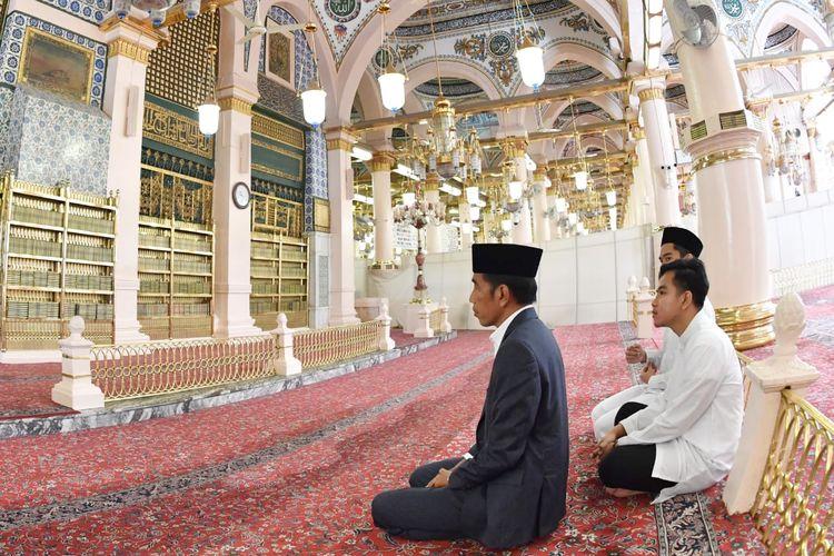 Presiden Joko Widodo beserta keluarga saat menunaikan shalat sunnah di Masjid Nabawi, Madinah, Arab Saudi, Senin (15/4/2019).
