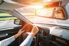 Trik Menghilangkan Bau Rokok di Dalam Mobil