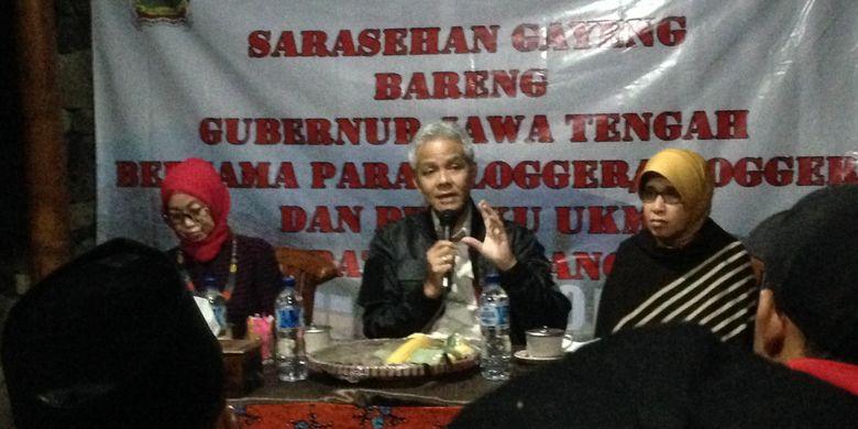 Gubernur Jawa Tengah Ganjar Pranowo saat berdialog dengan blogger, volger, jurnalis dan pelaku UMKM di objek wisata Posong, Jumat (17/11/2017) malam.