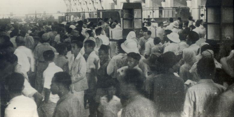 Kesibukan Rakyat Menukarkan Uang Jepang Dengan Uang Republik di Kantor Pos Pasar Baru dan di Bank Negara Indonesia Menteng Raya Tgl 29 October 1946