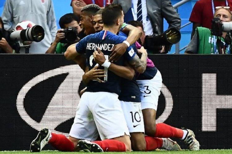 Kylian Mbappe dan Lucas Hernandez merayakan gol Perancis ke gawang Argentina pada babak 16 besar Piala Dunia 2018 di Kazan Arena, 30 Juni 2018.