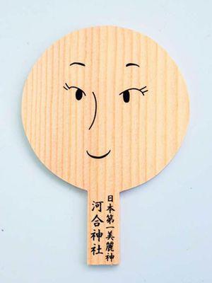 Gambari papan nazar berbentuk cermin tradisional ini dengan makeup, sebagai simbol sebuah doa.