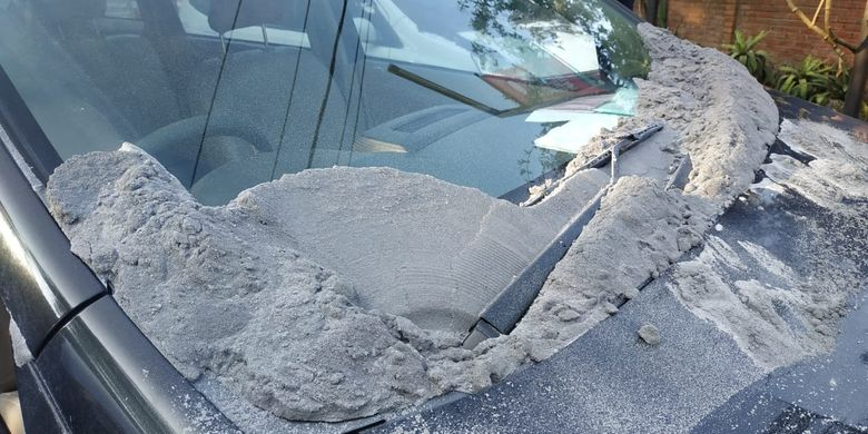 Bagian kap mobil terkena abu akibat erupsi Gunung Tangkuban Parahu di Jawa Barat, Jumat (26/7/2019).
