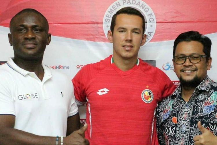 Juffo bersama manager Semen Padang Win Bernardino.