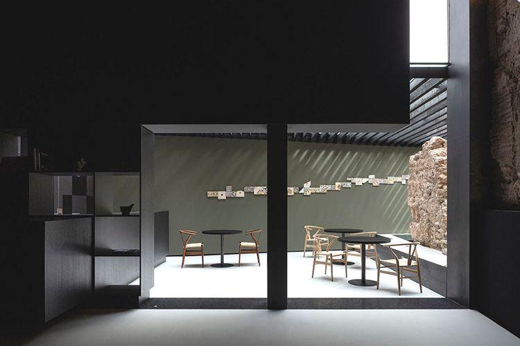 Restoran ini didesain dengan mempertahankan unsur-unsur lama seperti tembok bersejarah Valencia yang menjadi bagian dari interior bangunan