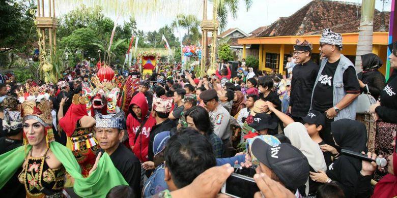 Masyarakat Desa Kemiren, Banyuwangi menggelar upacara Barong Ider Bumi pada hari kedua Idul Fitri 2017. Upacara adat masyarakat suku Osing ini menarik minat wisatawan mancanegara.