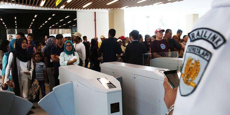 Antusias masyarakat saat hari pertama uji coba kereta Bandara Soekarno-Hatta di Stasiun Sudirman Baru, Jakarta, Selasa (26/12/2017). Uji coba KA Bandara Soekarno-Hatta dilakukan hingga peresmian operasinya pada 2 Januari 2018. Selama uji coba, PT KAI telah menetapkan harga tiket yang bisa dibeli warga, yakni Rp 30.000.