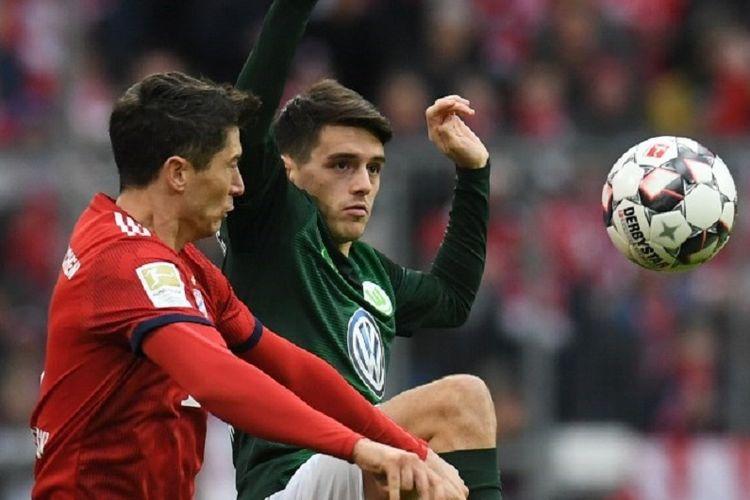 Robert Lewandowski dan Josip Brekalo mencoba mengejar bola pada pertandingan Bayern Muenchen vs Wolfsburg pada lanjutan Liga Jerman di Allianz Arena, 9 Maret 2019.