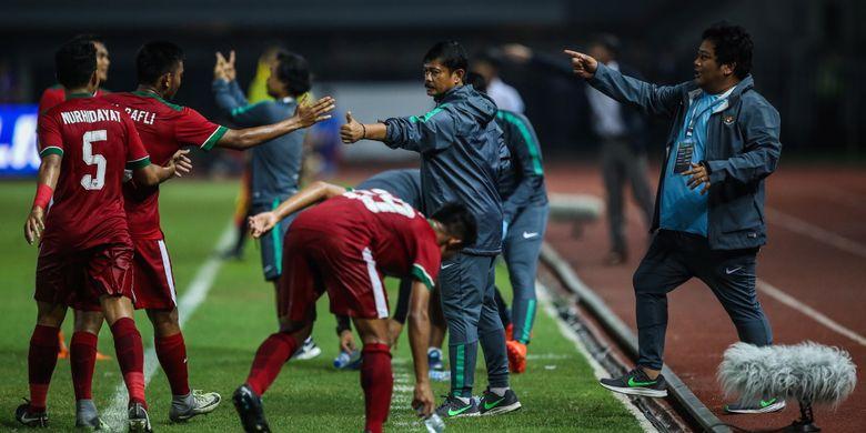 Pemain timnas Indonesia U-19 merayakan gol bersama pelatih saat melawan timnas Kamboja U-19 di Stadion Patriot Candrabaga, Bekasi, Jawa Barat, Rabu (4/10/2017). Timas Indonesia U-19 menang 2-0 melawan Timnas Kamboja U-19.
