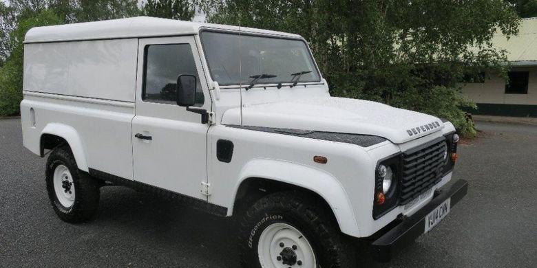 Salah satu Land Rover Defender dengan model hardtop.