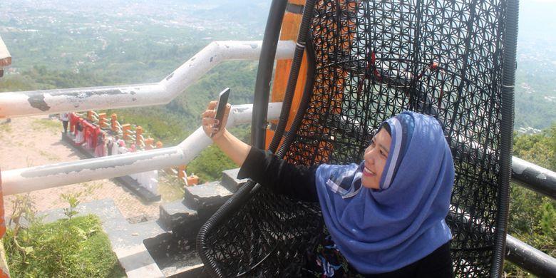 Wisatawan berswafoto di Pantan Terong, Kabupaten Aceh Tengah, Provinsi Aceh.