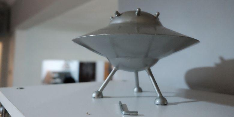 Miniatur UFO yang ada di rumah Venzha Christ, penggiat Space Art asal Indonesia