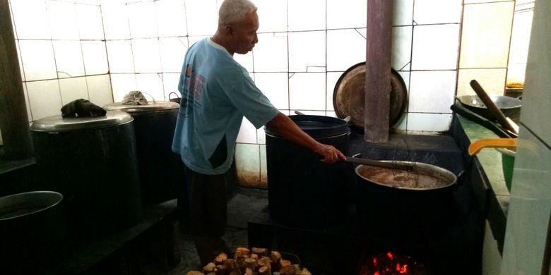 Suasana dapur Gudeg B. Djuminten saat memasak gudeg menggunakan kayu bakar, Minggu (6/8/2017).