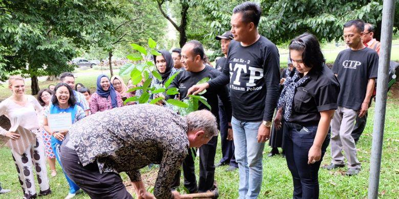 Usai berdiskusi pada College Tour di Ecodome, Kebun Raya Bogor, Selasa (28/11/2017), para delegasi Pemerintah Belanda ikut menyempatkan diri menanam pohon bersama komunitas GTP di areal Kebun Raya Bogor dalam rangka menyambut Hari Pohon Sedunia.