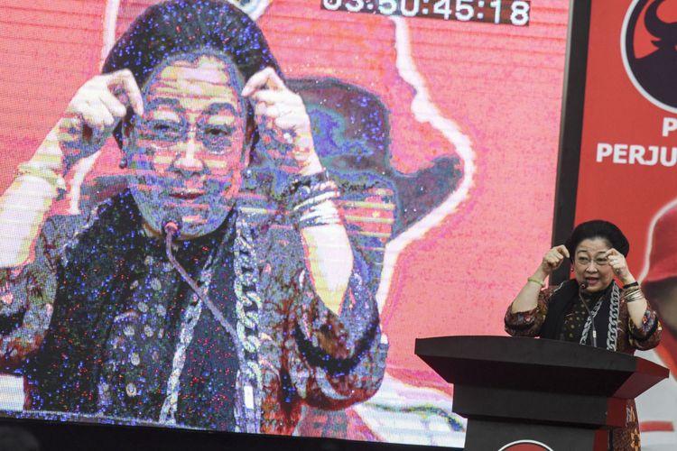 Ketua Umum PDI Perjuangan Megawati Soekarnoputri memberikan arahan saat Rakornas Badan Penanggulangan Bencana (Baguna) di DPP PDI Perjuangan, Jakarta, Sabtu (28/10/2017). Rakornas organisasi sayap PDI Perjuangan itu mengusung tema Berjuang Untuk Keselamatan dan Kesejahteraan Korban Bencana.