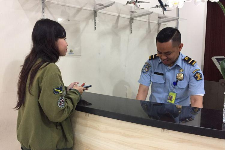 Petugas kantor Imigrasi Bandara Soekarno-Hatta melayani proses administrasi pemohon paspor pada Selasa (8/8/2017). Direktorat Jenderal Keimigrasian Kementerian Hukum dan HAM baru saja menerapkan sistem pendaftaran online untuk pemohon paspor yang lebih memberikan kepastian waktu.