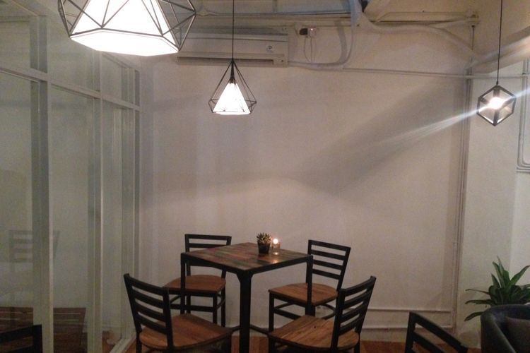 Salah sudut interior yang ada di Nampan Bistro. Terlihat desain lampu minimalis klasik terpasang pada atap ruangan di lantai dua.