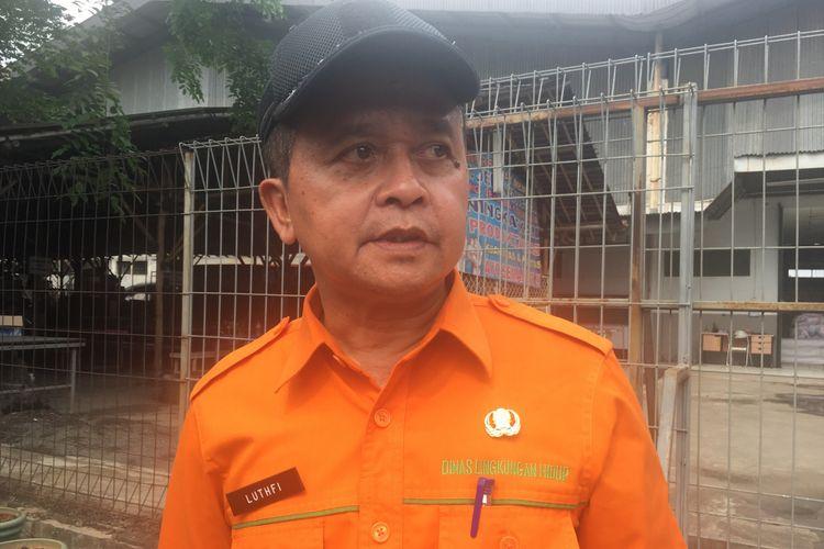 Kepala Dinas Lingkungan Hidup, Jumhana Lutfi saat memeriksa perusahaan yang diduga mencemari Kali Bekasi, di Cipendawa, Kota Bekasi, Kamis (28/9/2017).