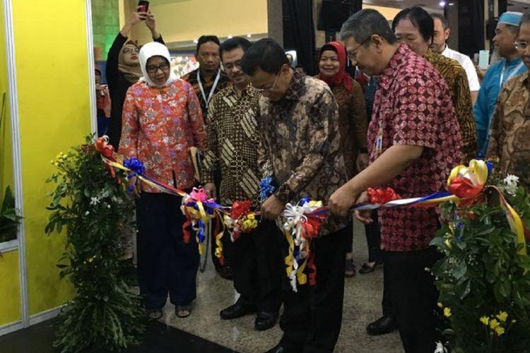 Hari Guru Nasional 2017 resmi dibuka pada Jumat (24/11/2017) di Gedung Plaza Insan Berprestasi, Jakarta. Plt. Dirjen Guru dan Tenaga Kependidikan Hamid Muhammad membuka rangkaian kegiatan dengan menggunting pita.