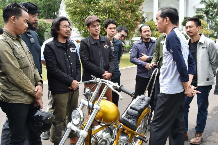 Presiden Joko Widodo sedang berbincang dengan para modifikator motor chopperland yang baru dibelinya di Istana Kepresidenan Bogor, Sabtu (20/1/2018). (Biro Pers, Media dan Informasi Sekretariat Presiden)