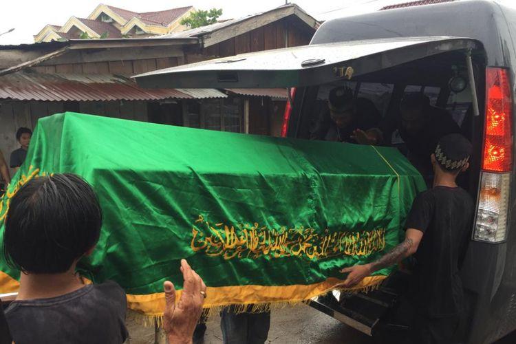 Jenazah Linda Fitria (38) saat akan dibawa ke TPU Puncak Sekuning untuk dimakamkan. Ibu tiga anak ini tewas dengan kondisi mengalami luka tusuk ditubuh setelah dibunuh suaminya sendiri, Minggu (10/2/2019).