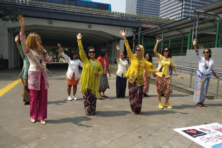 Sekelompok pegiat kebaya, menggelar kampanye gerakan #SelasaBerkebaya di Stasiun MRT Dukuh Atas, Selasa (25/6/2019) siang.