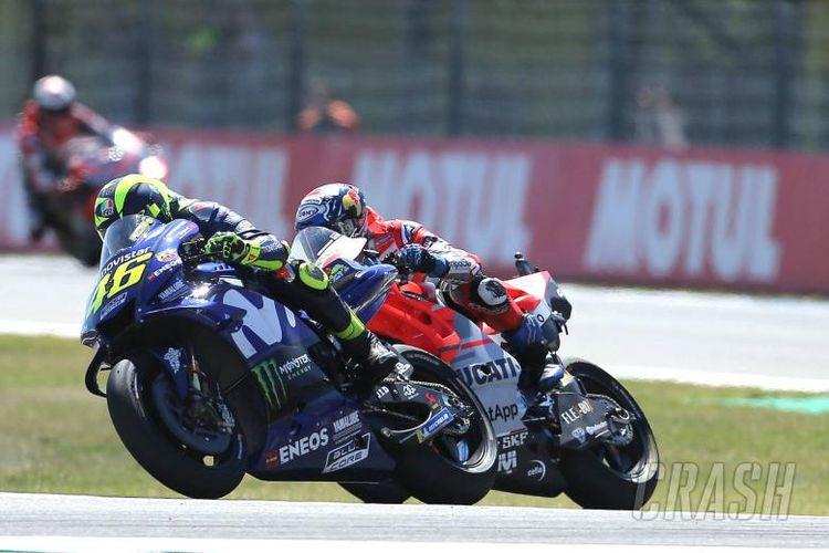 Andrea Dovizioso dan Valentino Rossi bersaing ketat di GP Belanda.