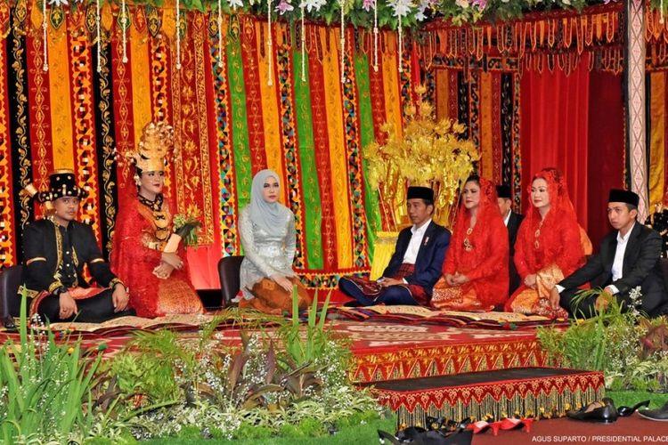 Presiden Joko Widodo dan Ibu Negara hadir dalam pesta adat Batak Mandailing di Medan, Sumatera Utara, Sabtu (25/11/2017).