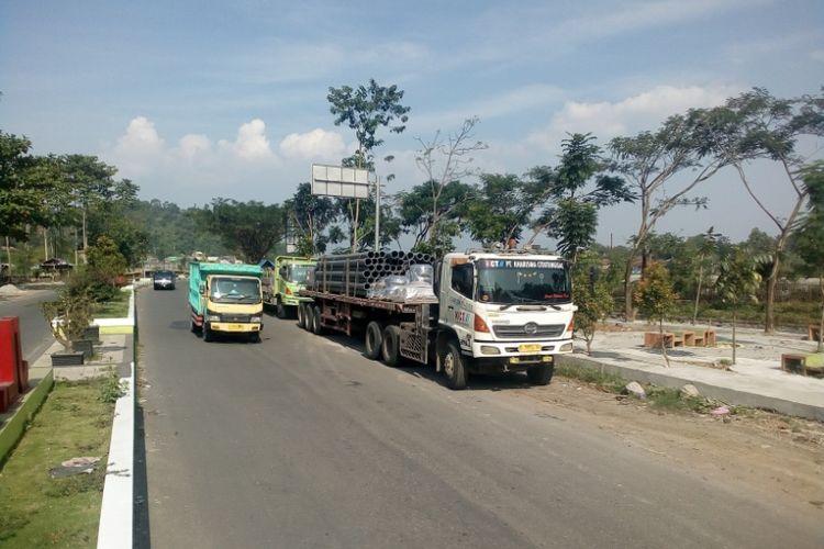 Truk dengan sumbu lebih dari tiga diparkir di Jalan Anwar Musaddad Garut yang merupakan jalan baru