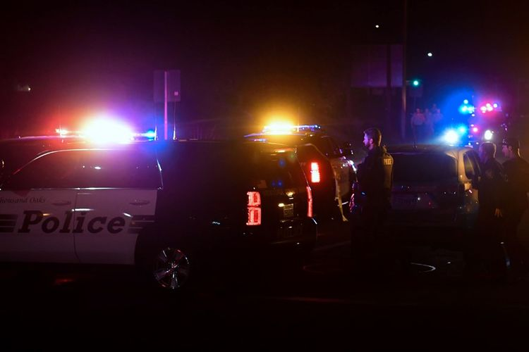 Petugas polisi berjaga di sekitar lokasi penembakan massal di bar California, Rabu (7/11/2018) malam.
