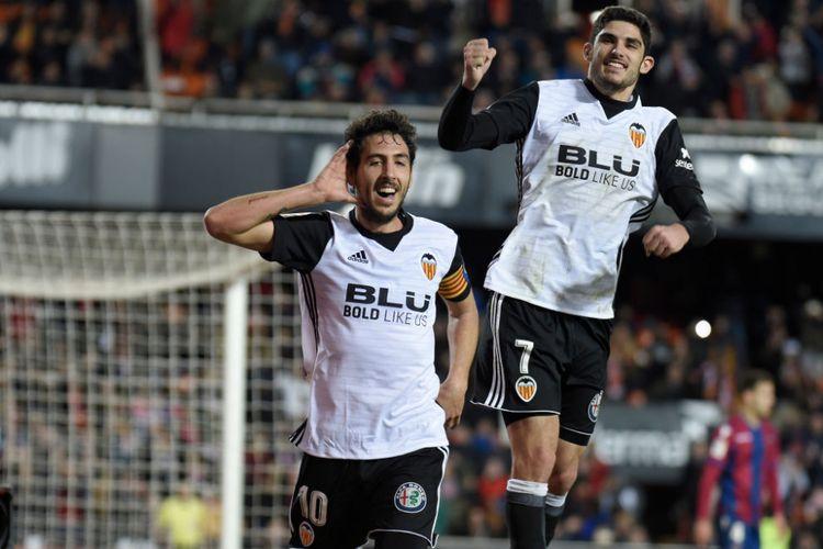 Dani Parejo dan Manuel Guedes merayakan gol Valencia ke gawang Levante pada pertandingan La Liga, Minggu (11/2/2018).