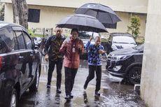 Nyaris Buka Mobil Orang Lain, Sandi Tertawa dan Bercanda Jewer Ajudan