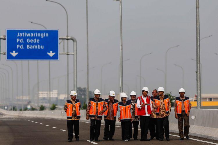 Presiden Joko Widodo (rompi merah) meninjau ruas jalan Tol Bekasi-Cawang-Kampung Melayu (Becakayu) di kawasan Jakasampurna, Bekasi, Jawa Barat, Jumat (3/11/2017). Presiden Joko Widodo meresmikan ruas jalan tol yakni Seksi 1B dan 1C sepanjang 8,26 kilometer yang terbentang dari Cipinang Melayu-Pangkalan Jati-Jakasampurna. KOMPAS.com/GARRY ANDREW LOTULUNG