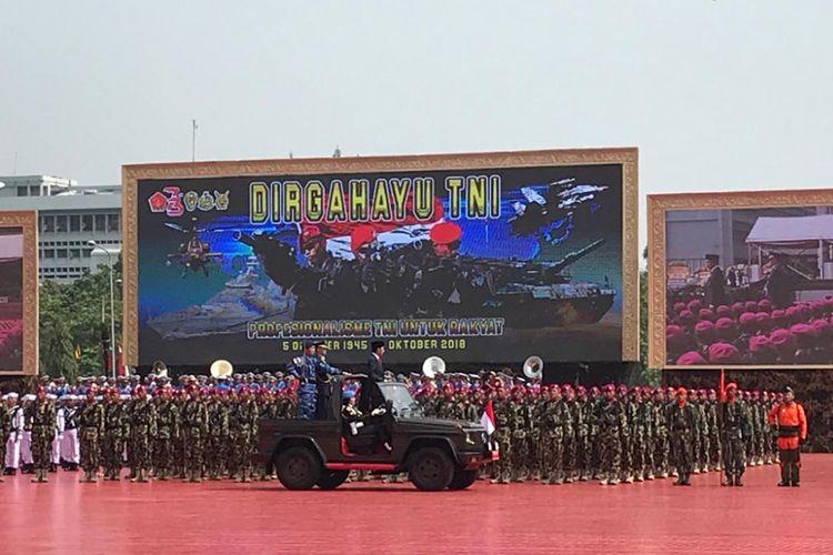 Presiden Joko Widodo saat melaksanakan sidak pasukan sebagai rangkaian upacara peringatan HUT ke-73 TNI di Mabes TNI Cilangkap, Jakarta Timur, Rabu (5/10/2018).