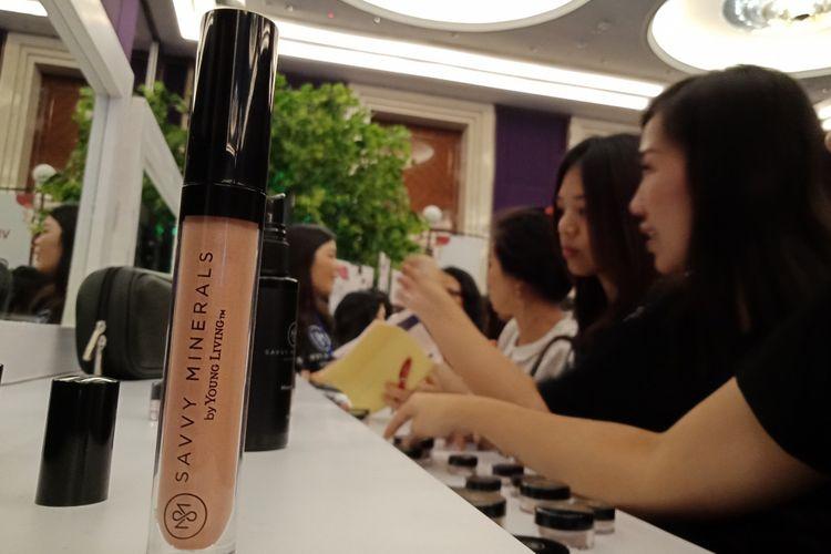 Antusiasme para pengunjung saat mencoba produk Savvy Minerals dari Young Living yang baru diluncurkan di Raffles Hotel Jakarta, Minggu (29/4/2018).