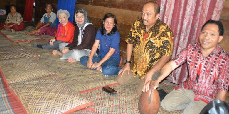 Seorang Dosen Binus Jakarta mengembalikan tawu berisi tuak Manggarai kepada tua adat di Mbaru gendang di Kampung Paang Lembor, Kecamatan Lembor, Manggarai Barat, Flores, NTT sesuai ritual kepok kapu keada Dosen dari Universitas Bina Nusantara Jakarta yang mengunjungi kampung adat tersebut pada Oktober 2018.