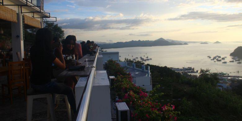 Menikmati sunset di Perairan Komodo dari Hotel LA Cecile yang ada di Labuan Bajo, Kabupaten Manggarai Barat, Nusa Tenggara Timur (NTT), Sabtu (16/2/2019).