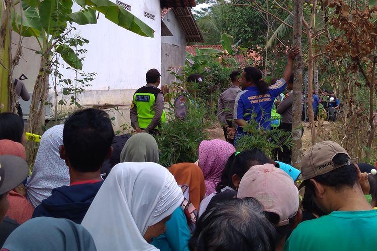 Warga memadati lokasi penemuan kerangka manusia di kebun belakang rumah Misem (76) warga Grumbul Karanggandul, Desa Pasinggangan, Kecamatan/Kabupaten Banyumas, Jawa Tengah, Rabu (28/8/2019).