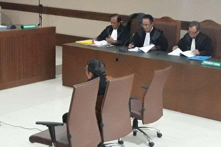 Pegawai pada Ditjen Perimbangan Keuangan Kementerian Keuangan, Yaya Purnomo duduk di kursi terdakwa di Pengadilan Tipikor Jakarta, Kamis (27/9/2018).