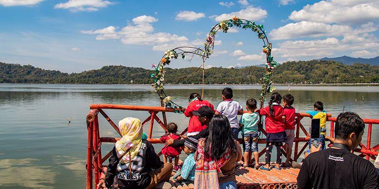 Wisatawan Berkeliling Waduk Rawa Jombor Klaten dengan Naik Perahu.