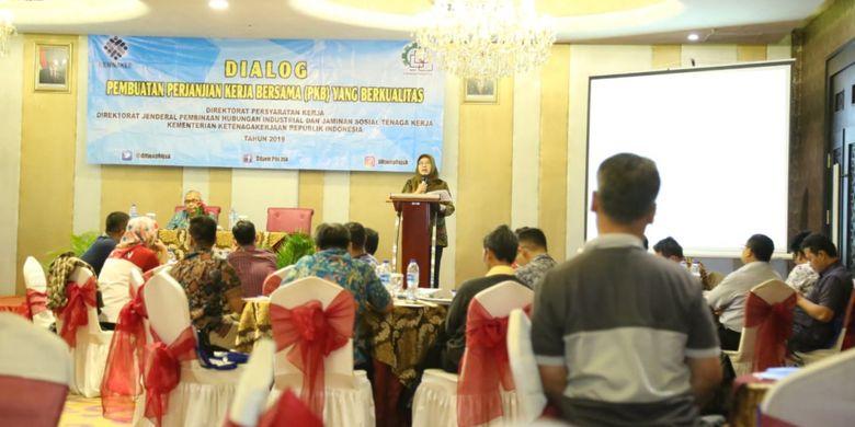 Kasubdit PP dan PKB Kemnaker, Wiwik Wisnu Murti saat membuka Dialog Pembuatan Perjanjian Kerja Bersama (PKB) yang Berkualitas di Tangerang Selatan, Kamis (14/2/2019).