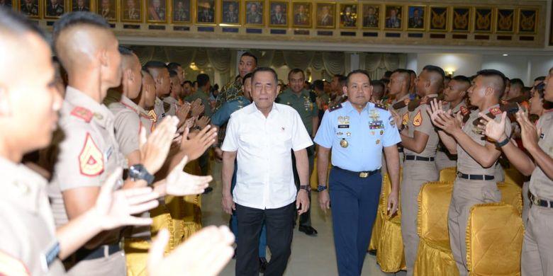 Menteri Pertahanan Republik Indonesia (Menhan RI) Ryamizard Ryacudu saat melakukan kunjungan ke Akademi Angkatan Laut (AAL) di Surabaya, Kamis (20/6/2019).